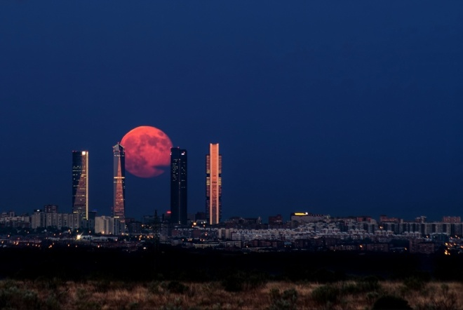 The 100 best photographs ever taken without photoshop - Moon rising above Madrid, Spain